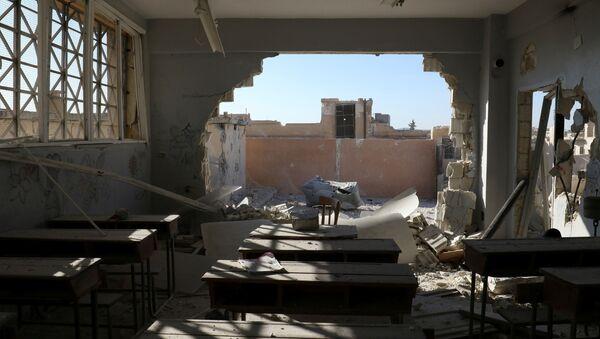 Une salle de classe endommagée lors des tirs d'extrémistes à Hass, dans la province syrienne d'Idlib - Sputnik France