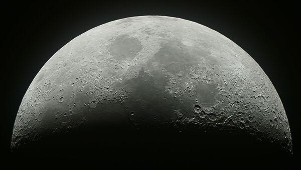 Растущая луна в небе над Москвой - Sputnik France