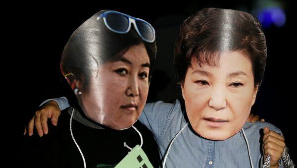 Des manifestants portent des masques à l'effigie de la présidente sud-coréenne Park Geun-hye et de sa confidente Choi Soon-sil - Sputnik France