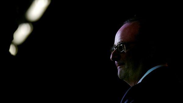 French President Francois Hollande speaks after visiting the logistics center of Sarenza in Reau - Sputnik France