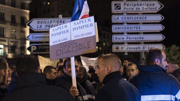 Les pompiers soutiennent les policiers à travers la France - Sputnik France
