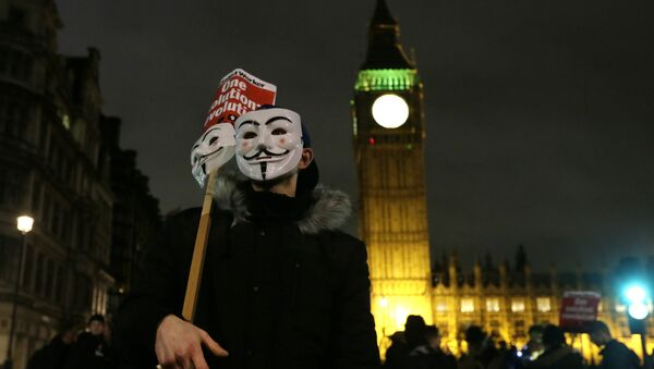 A masked demonstrator stands in Parliament Square during the Million Mask protest march in London on Thursday Nov. 5, 2015. - Sputnik France