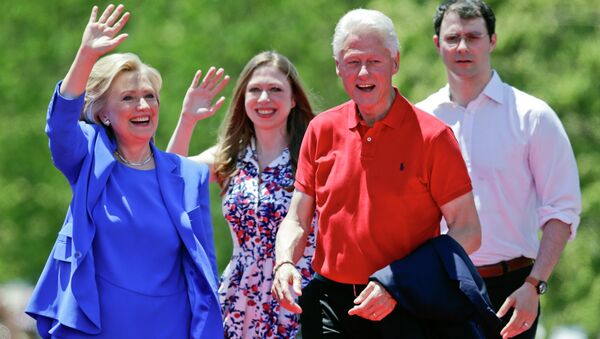Democratic presidential candidate former Secretary of State Hillary Rodham Clinton waves to supporters as her husband former President Bill Clinton, second from right, Chelsea Clinton, second from left, and her husband Marc Mezvinsky, join on stage Saturday, June 13, 2015, on Roosevelt Island in New York - Sputnik France