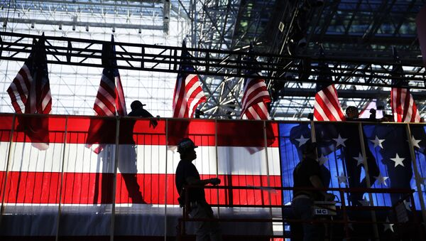 Workers build an American flag to the back of a riser in preparation for Democratic presidential candidate Hillary Clinton's election night rally in New York, Monday, Nov. 7, 2016. - Sputnik France