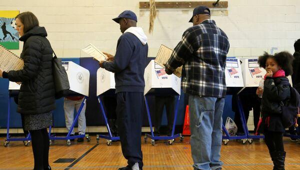 Les électeurs font lq queue avec leurs bulletins de vote à un bureau de vote pendant le jour de l'élection à Harlem, New York, États-Unis, le 8 novembre 2016 - Sputnik France