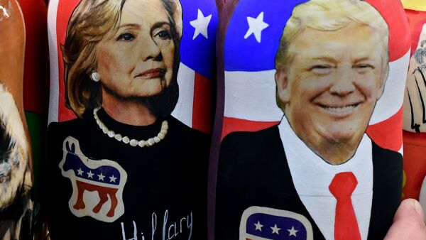 Traditional Russian wooden nesting dolls, Matryoshka dolls, depicting Russia's President Vladimir Putin, US Democratic presidential nominee Hillary Clinton and US Republican presidential nominee Donald Trump are seen on sale at a gift shop in central Moscow on November 8, 2016 - Sputnik France