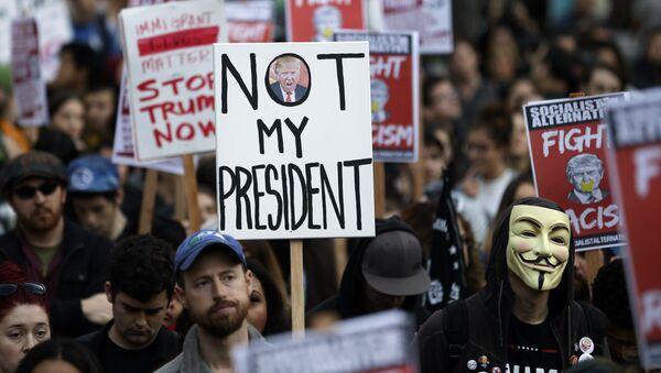 Les protestations contre l'élection de Trump dégénèrent aux USA - Sputnik France