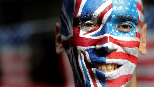 An activist with a face painted with the British Union Flag (L) and the US flag (R) poses in front of a Stop Trump battle bus in London on September 21, 2016 in a campaign run by campaign group Avaaz to mobilise US expatriots in the UK to register to vote in the US presidential election. Voters are set to go to the polls to elect the 45th president of the US on November 8, 2016. - Sputnik France
