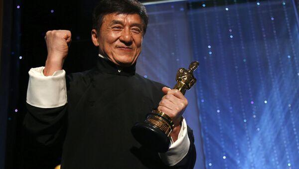 L'acteur Jackie Chan avec son Oscar d'honneur au 8e Bal des Gouverneurs annuel à Los Angeles - Sputnik France