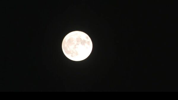 La plus grande Lune en 68 ans monte dans le ciel - Sputnik France