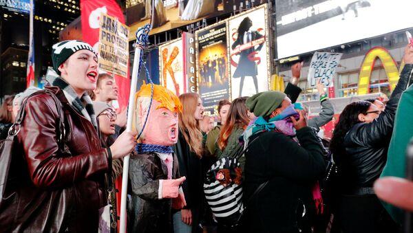 Des Américains manifestent contre le président élu Donald Trump à New York, le 9 novembre 2016 - Sputnik France