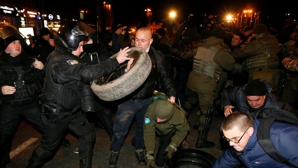 Policemen and law enforcement personnel block activists of nationalist groups and their supporters, who mark the anniversary of the 2014 Ukrainian pro-European Union (EU) mass protests on the Day of Dignity and Freedom in central Kiev, Ukraine, November 21, 2016. - Sputnik France