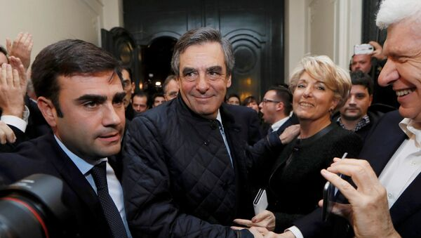 French politician Francois Fillon (C), member of the conservative Les Republicains political party, arrives inside his campaign headquarters after partial results in the first round of the French center-right presidential primary election vote in Paris, France, November 20, 2016. - Sputnik France