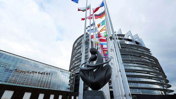 Скульптура Сердце Европы напротив здания Европарламента в Страсбурге  - Sputnik France