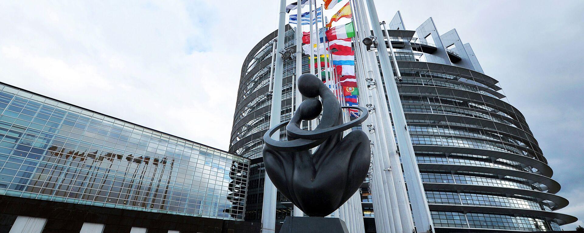 Скульптура Сердце Европы напротив здания Европарламента в Страсбурге  - Sputnik France, 1920, 25.09.2020