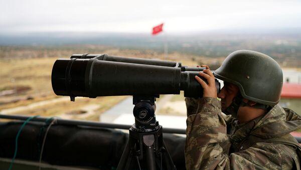Un soldat turc regarde la frontière avec la Syrie, dans la province de Hatay (photo d'archives) - Sputnik France