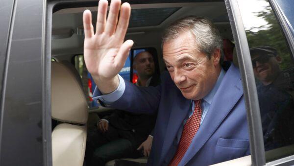 Nigel Farage, ancien dirigeant du Parti de l'indépendance du Royaume-Uni (UKIP), se précipite à la suite du vote référendaire de l'UE, au centre de Londres, en Grande-Bretagne, le 24 juin 2016. - Sputnik France