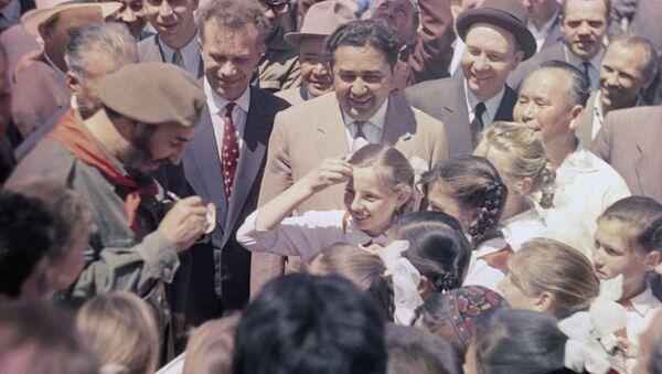 Durante su visita a la URSS, Fidel Castro visitó la República Socialista Soviética de Uzbekistán, donde se encontró con niños pioneros de la región. - Sputnik France