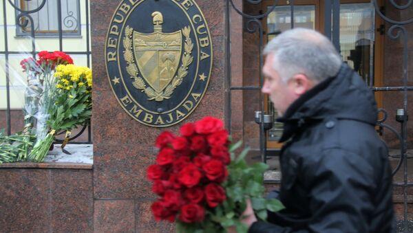 Les Moscovites apportent des fleurs à l'ambassade cubaine suite à la mort de Fidel - Sputnik France
