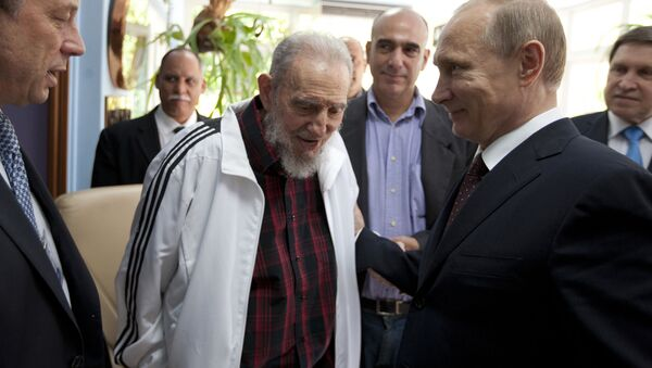 In this July 11, 2014 file photo, Cuba's Fidel Castro, center, visits with Russia's President Vladimir Putin, right, in Havana, Cuba. - Sputnik France