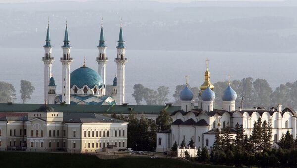 Le kremlin de Kazan (capitale du Tatarstan) avec une église et une mosquée en arrière-plan - Sputnik France