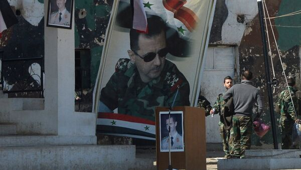 Banners with the portrait of Syrian President Bashar al-Assad at a self-defense fighters' training center near Damascus - Sputnik France