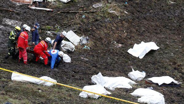 Les secouristes transportent le corps d'une victime d'un avion qui s'est écrasé dans la jungle colombienne avec l'équipe de football brésilienne Chapecoense, près de Medellin, en Colombie - Sputnik France