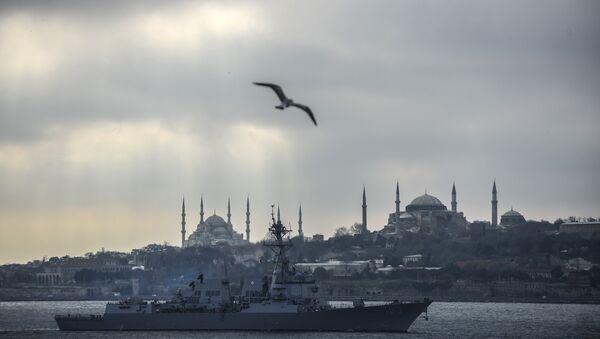 The USS Truxtun destroyer passes the Bosphorus Strait on March 7, 2014. - Sputnik France