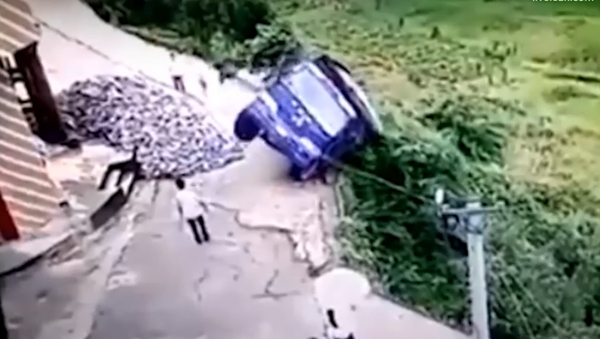L'incroyable scène d'un chauffeur chinois qui échappe de justesse à la mort - Sputnik France