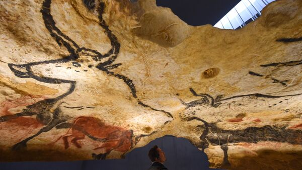 People visit the new replica of the Lascaux cave paintings during the first public opening on December 15, 2016 in Montignac - Sputnik France