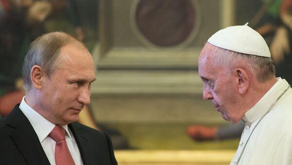 Le président russe Vladimir Poutine et le pape François - Sputnik France