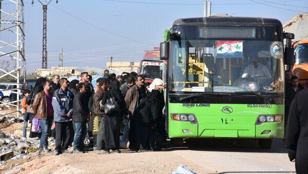 Un premier groupe évacué des villages chiites d'Idlib - Sputnik France