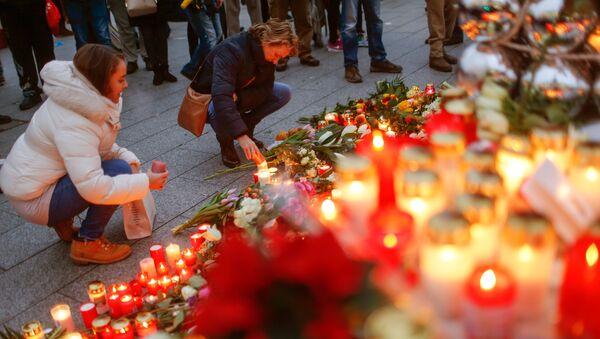 Mourners light candles at the Christmas market in Berlin, Germany, December 20, 2016 - Sputnik France