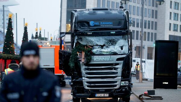 Police stand in front of the truck which ploughed into a crowded Christmas market in the German capital last night in Berlin, Germany, December 20, 2016. - Sputnik France