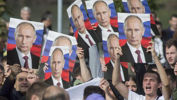 Mieszkańcy Belgradu z portretami Władimira Putina - Sputnik France