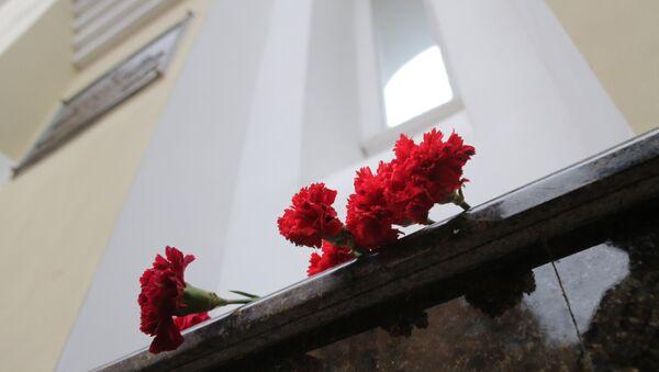 Les fleurs devant le bâtiment de l'Ensemble Alexandrov - Sputnik France