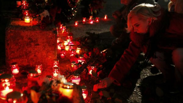 People place candles to honour passengers and crew members of Russian military Tu-154 plane crashed into the Black Sea on its way to Syria on Sunday in the resort city of Sochi, Russia - Sputnik France