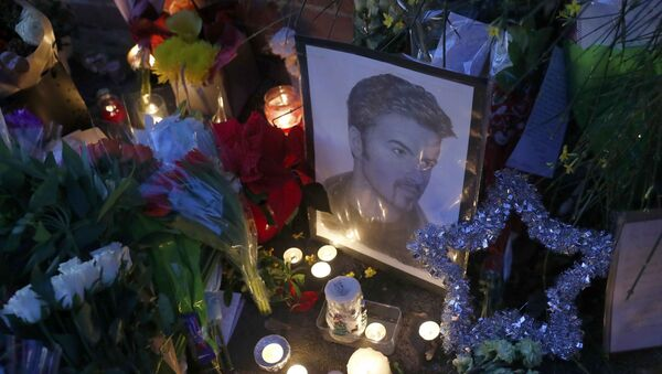 Candlelit tributes are seen outside the house of singer George Michael, where he died on Christmas Day, in Goring, southern England, Britain December 26, 2016. - Sputnik France