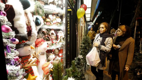 Iranian women shop for Christmas decoration at a shop in the capital Tehran on December 24, 2016, on Christmas eve. - Sputnik France