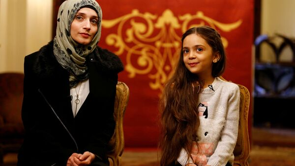 Bana Alabed, kBana Alabed, known as Aleppo's tweeting girl, and her mother Fatemah pose during an interview with Reuters in Ankara, Turkey, December 22, 2016. - Sputnik France