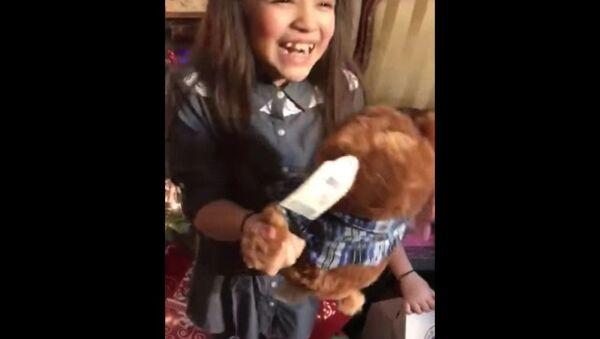 La réaction touchante de deux fillettes à la voix de leur grand-père décédé - Sputnik France