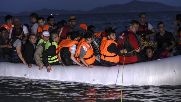 Migrants board an inflatable boat to reach the Greek island of Kos, early on August 19, 2015, near the shore of Bodrum, southwest Turkey. - Sputnik France