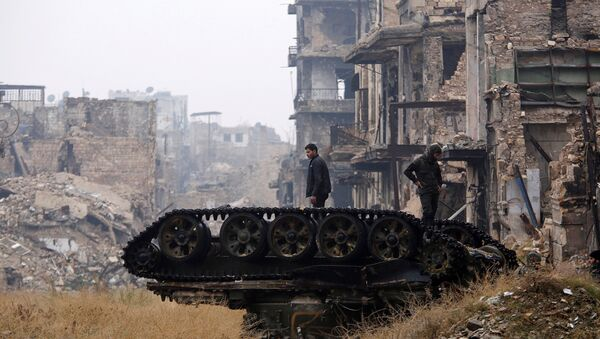 Forces loyal to Syria's President Bashar al-Assad stand atop a damaged tank near Umayyad mosque, in the government-controlled area of Aleppo, during a media tour, Syria - Sputnik France