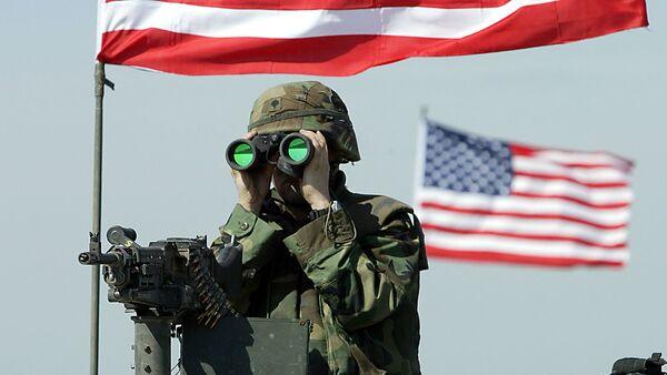 A US soldier peers through binoculars - Sputnik France