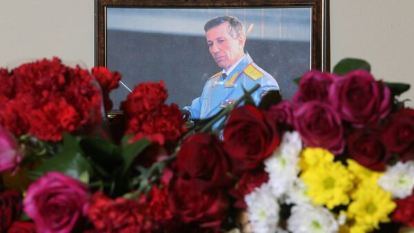 A photo of Russian Army Bandmaster Lieutenant General Valery Khalilov, who died in the Russian Defense Ministry's TU-154 crash, is seen here outside the building of The Alexandrov Academic Ensemble of Song and Dance of the Russian Army in Moscow - Sputnik France