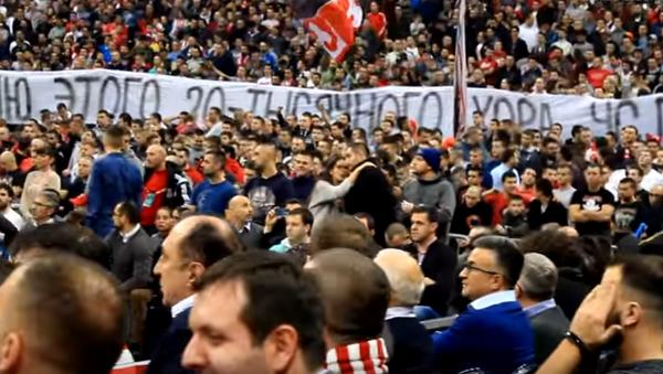 Les fans de club de basket Etoile rouge de Belgrade chantent en mémoire des musiciens russes victime d'un crash d'avion - Sputnik France