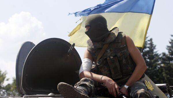 Un soldat ukrainien est assis sur le véhicule à un point de contrôle dans la ville de Debaltsevo - Sputnik France