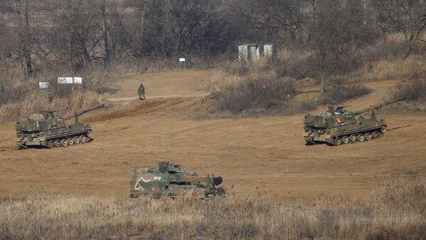 South Korean mobile artillery vehicles are seen at a training field near the demilitarized zone separating the two Koreas in Paju, South Korea, January 7, 2016 - Sputnik France