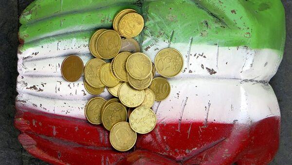 Des pièces en euros vues sur la figure d'une paire de mains, qui sont peintes dans les couleurs nationales italiennes sur le terrain au centre-ville de Rome - Sputnik France