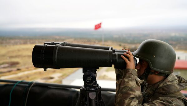 A Turkish soldier watches the border line between Turkey and Syria near the southeastern village of Besarslan, in Hatay province, Turkey, November 1, 2016 - Sputnik France